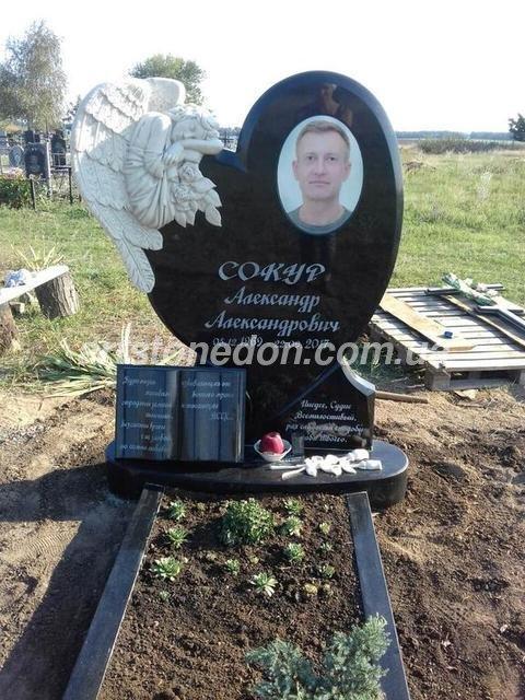 Памятник в виде сердца с ангелом из мрамора