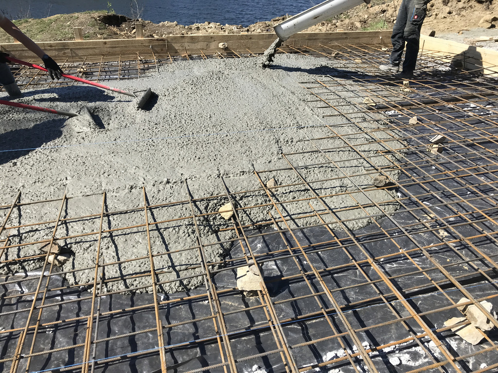 """Первый бетон. В дело вступают пресловутые """"скребки строительные по бетону"""", более напоминающие грабли :)"""