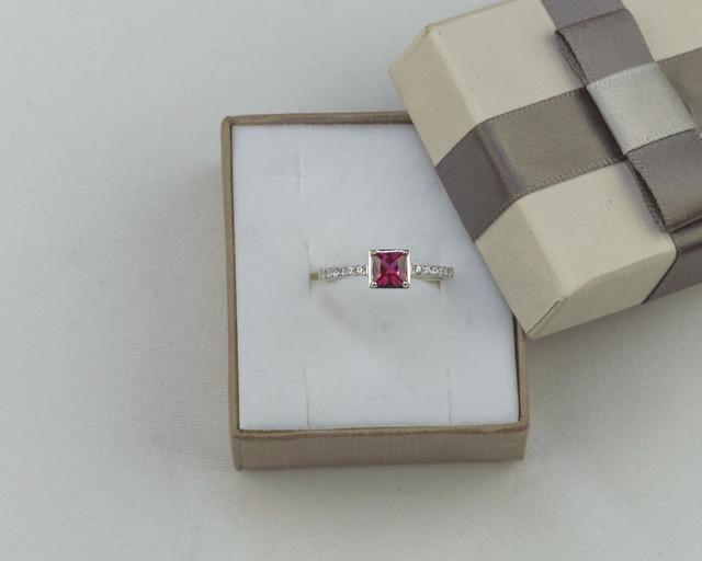 Серебряное кольцо с красным камнем
