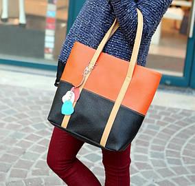 Стильная двухцветная женская сумка с брелком сердечками