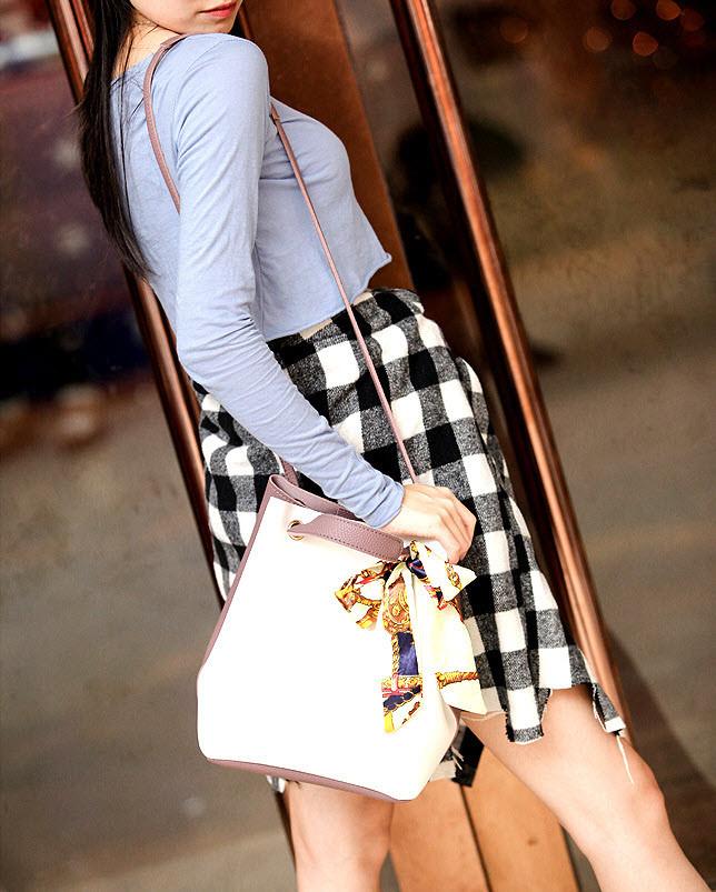 Оригінальна жіноча сумка на затягуванні з атласною стрічкою