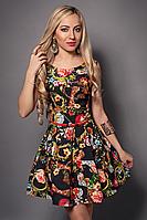 Красивое женское платье с модным принтом на лето