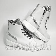 Білі шкіряні черевики з срібними вставками на спортивній підошві