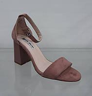 Розовые женские босоножки на оригинальном каблуке с закрытой пяткой