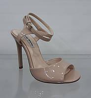 Бежевые женские босоножки на высоком тонком каблуке