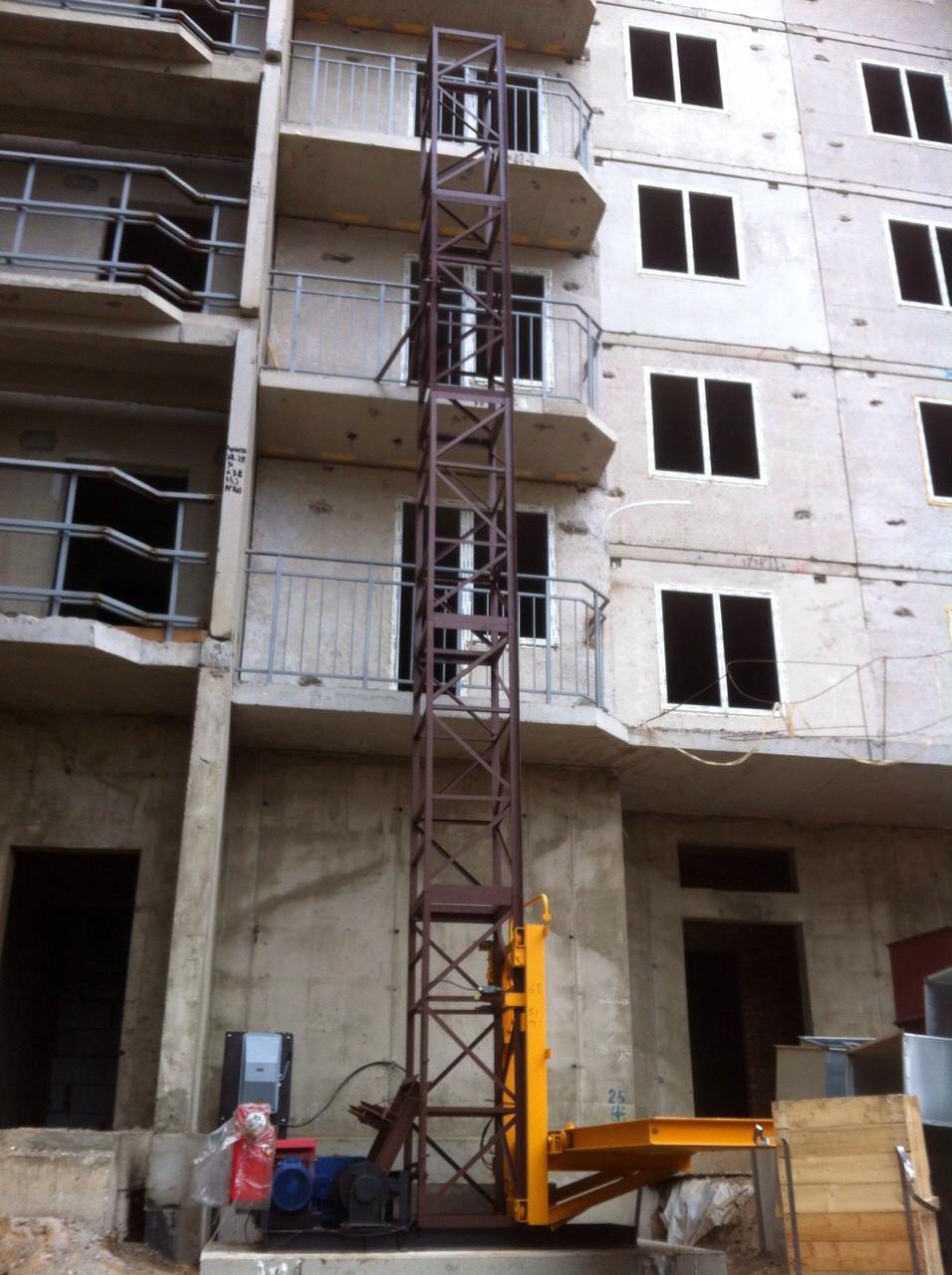 Подъемник строительный мачтового типа.Мачтовый консольный лифт.