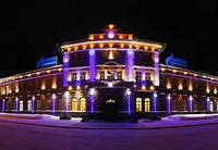 Праздничное украшение фасадов гирляндами, новогоднее оформление фасада дома, подсветка фасада на новый год
