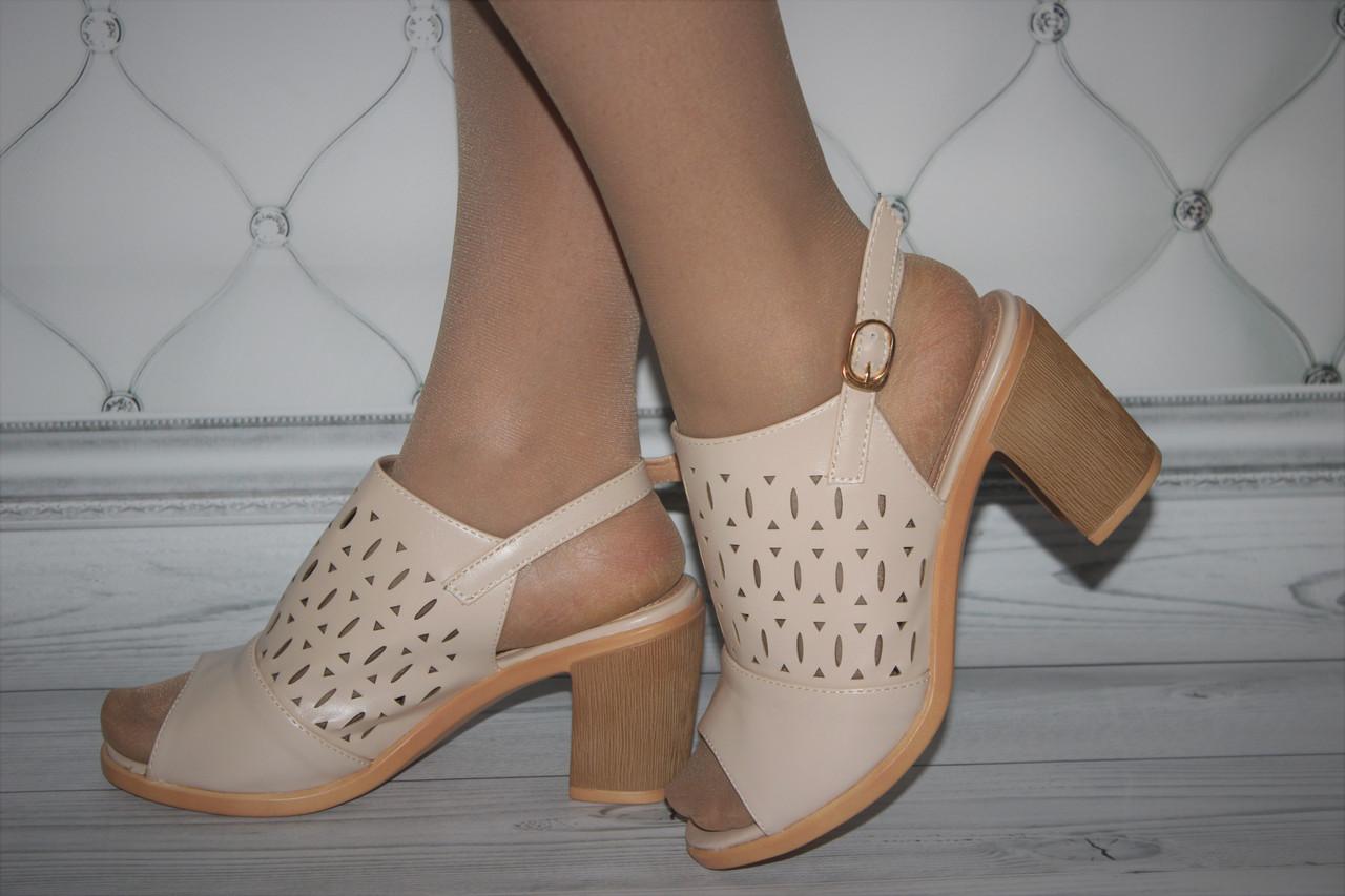 Женские босоножки на каблуке бежевого цвета с перфорацией