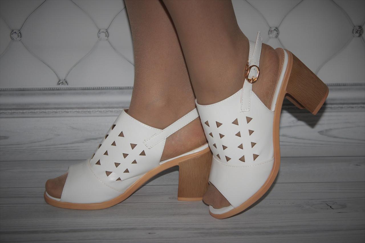 Женские босоножки на каблуке белого цвета с перфорацией