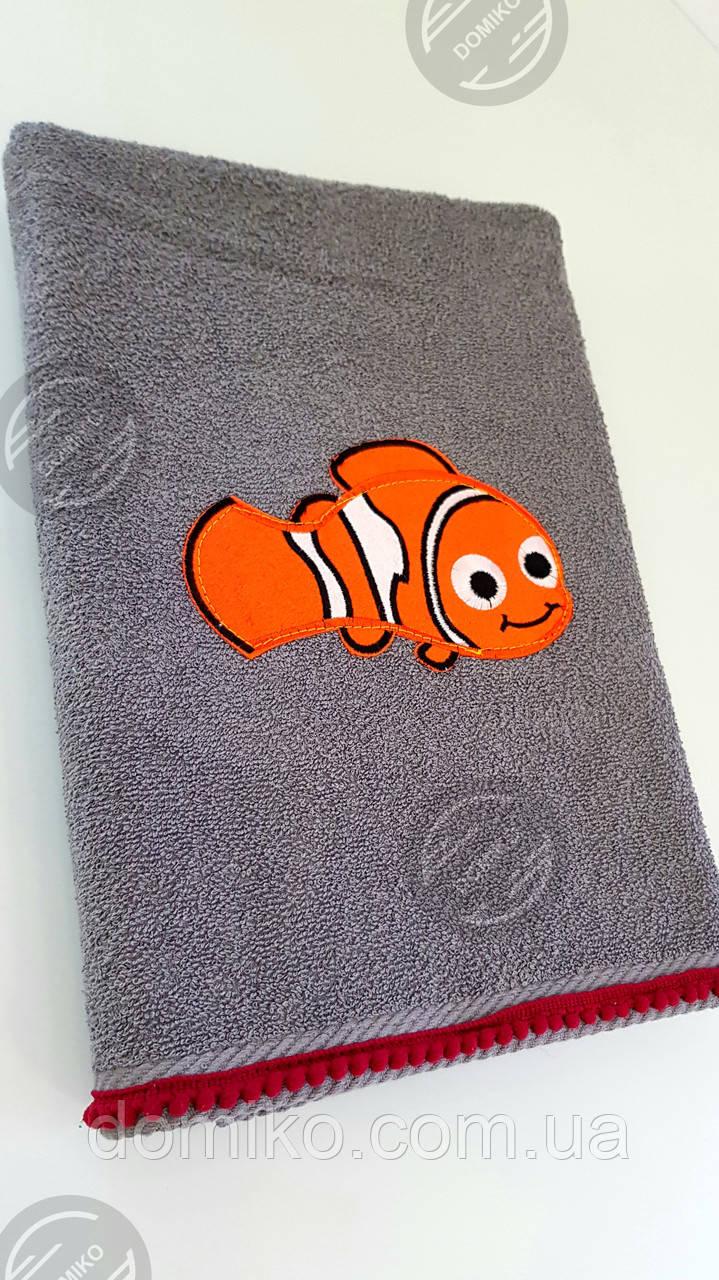 Полотенце накидка детское Рыбка серое с помпонами  70*140 Domiko