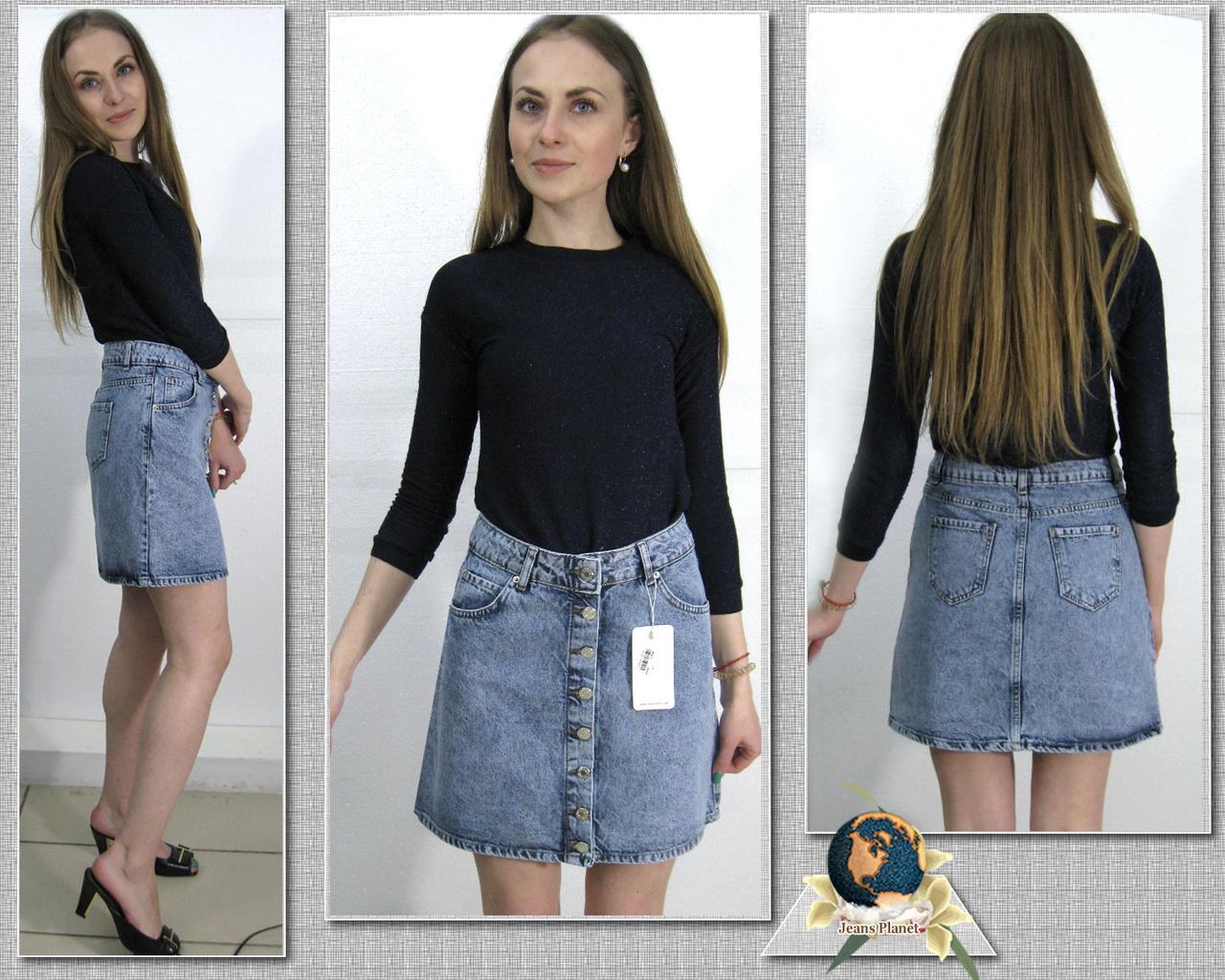 Модная джинсовая короткая юбка на пуговицах голубого цвета