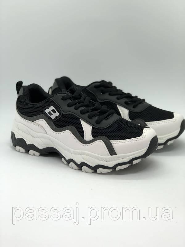 Черные с белым спортивные кроссовки