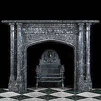 Атичный мраморный портал в готическом стиле