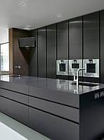 Графітна кухня під замовлення з ручкою профілем чорного кольору і кам'яною стільницею, фото 1