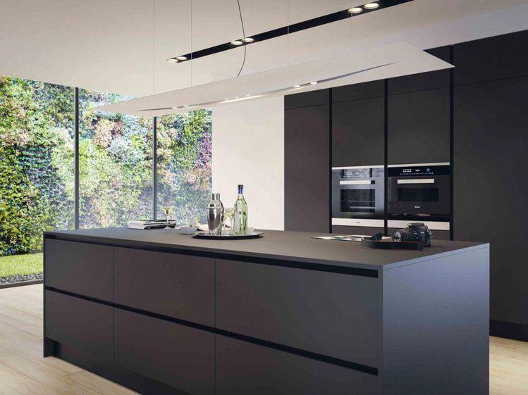 Графитовая кухня под заказ с ручкой профилем черного цвета и каменной столешницей