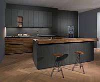 Графитовая кухня под заказ с ручкой профилем черного цвета и фасадами дсп cleaf