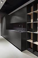 Графитовая кухня под заказ с ручкой профилем черного цвета и каменной столешницей, фото 1