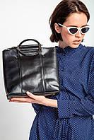 Квадратная черная сумка с металлическими ручками и внешним карманом