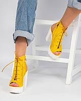 Женские босоножки желтые на платформе и каблуке эко-замша с перфорацией