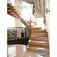 Лестница деревянная с коваными перилами