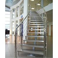 Лестница на металлическом каркасе с перилом из нержавейки