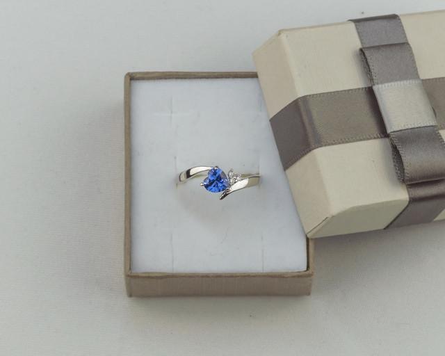 Серебряное кольцо с синим камнем