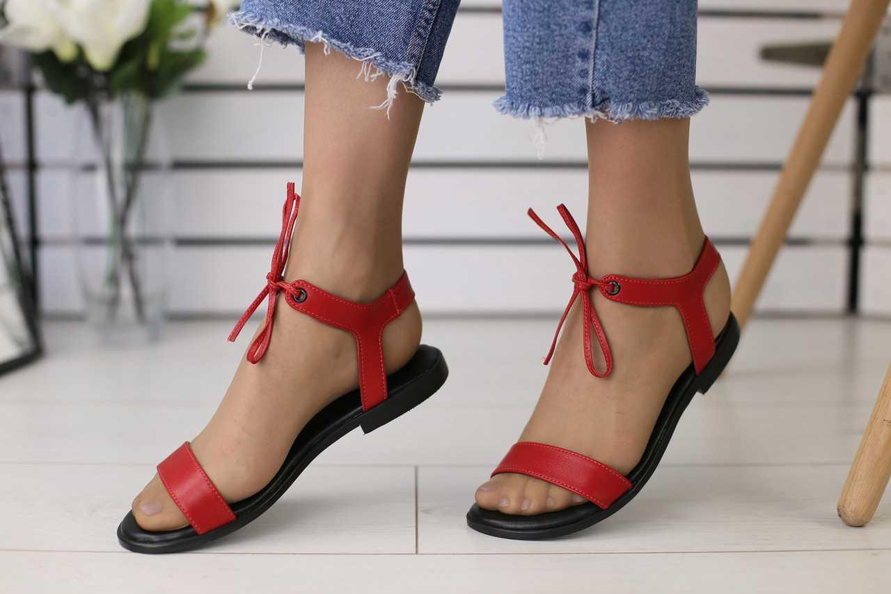 Кожаные женские босоножки на лето яркие стильные на низкой подошве в красном цвете