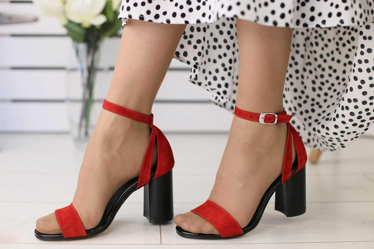Велюровые женские босоножки модные яркие стильные на высоком каблуке в красном цвете