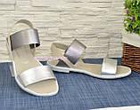 Босоніжки жіночі шкіряні на низькому ходу, колір срібло/бежевий, фото 2