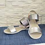 Босоніжки жіночі шкіряні на низькому ходу, колір срібло/бежевий, фото 3