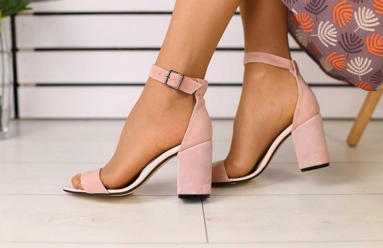 Женские замшевые босоножки стильные качественные на каблуке с открытым носком в розовом цвете
