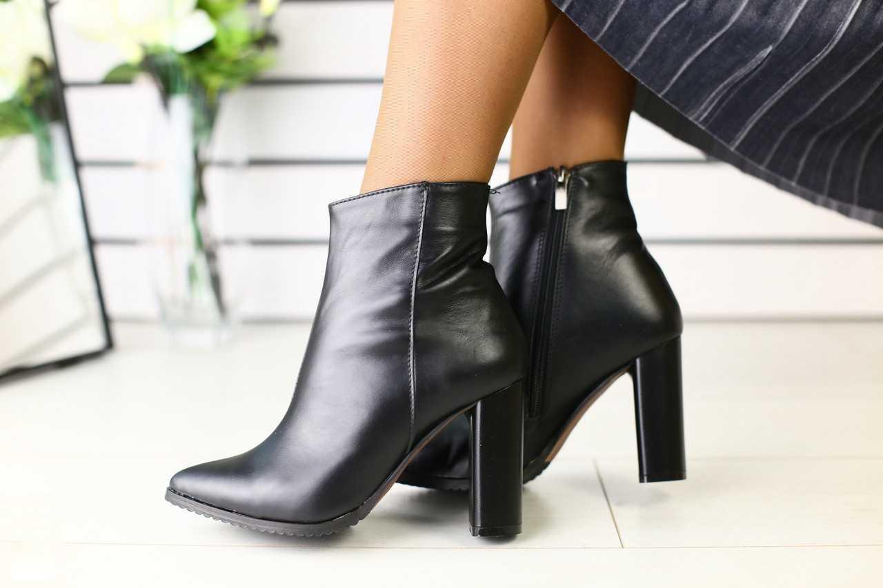 Женские ботинки демисезонные на высоком каблуке на молнии черные