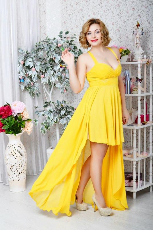 Легкое летнее платье с открытым декольте