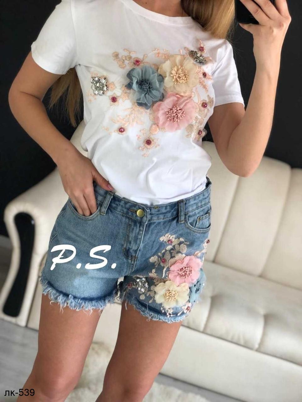 Модный женский костюм с футболкой и джинсовыми шортами