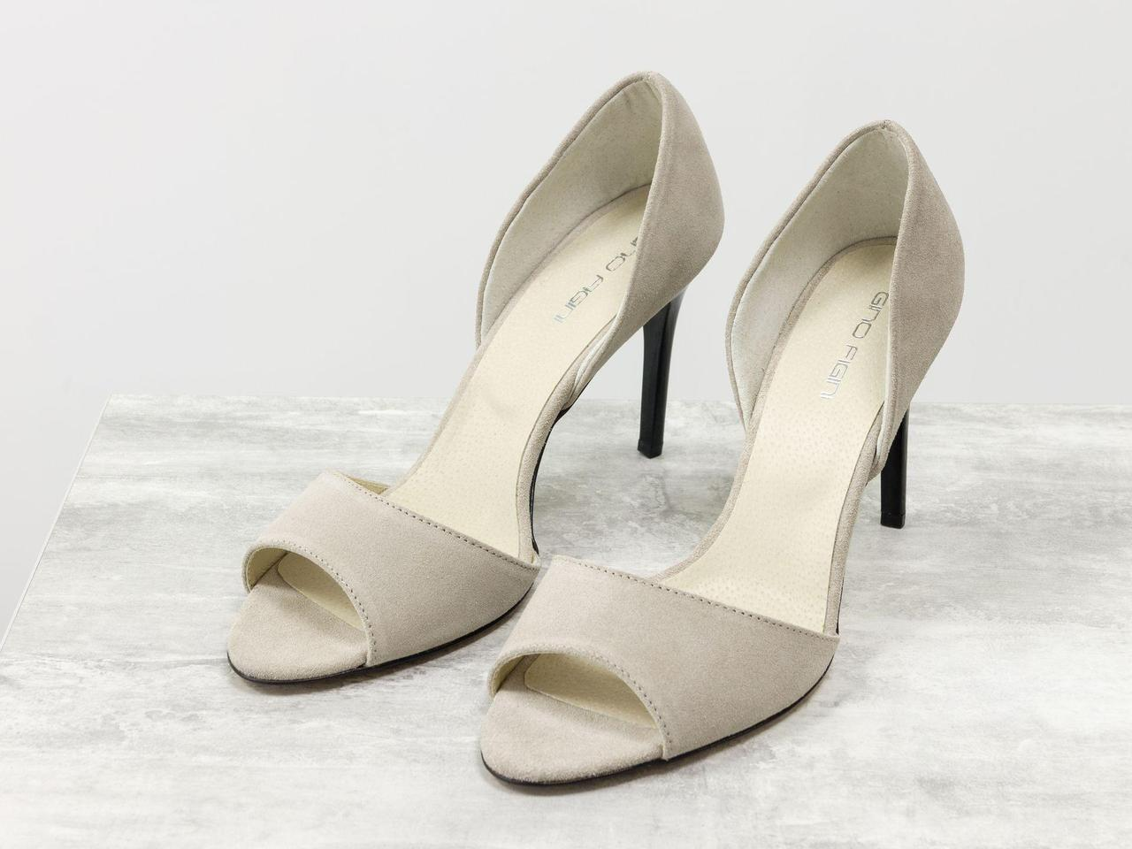 Удобные легкие туфли с открытым носиком из натуральной замши светло-бежевого цвета на высокой черной шпильке