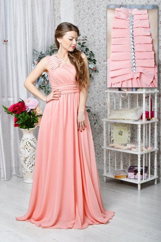 Легкое вечернее платье с украшением на плече