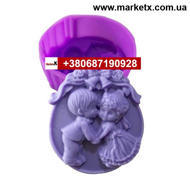 Пищевая силиконовая форма круглая с рисунком мальчик и девочка