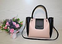 Женская сумка из эко кожи пудра с черным,с короткими ручками и длинным ре