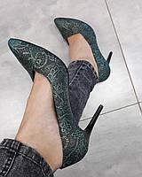 Бирюзовые кожаные классические туфли лодочки на шпильке с ажурным принтом