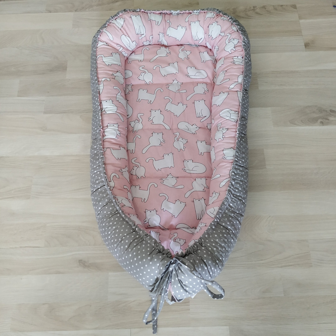 Детский кокон позиционер для новорожденных розовый