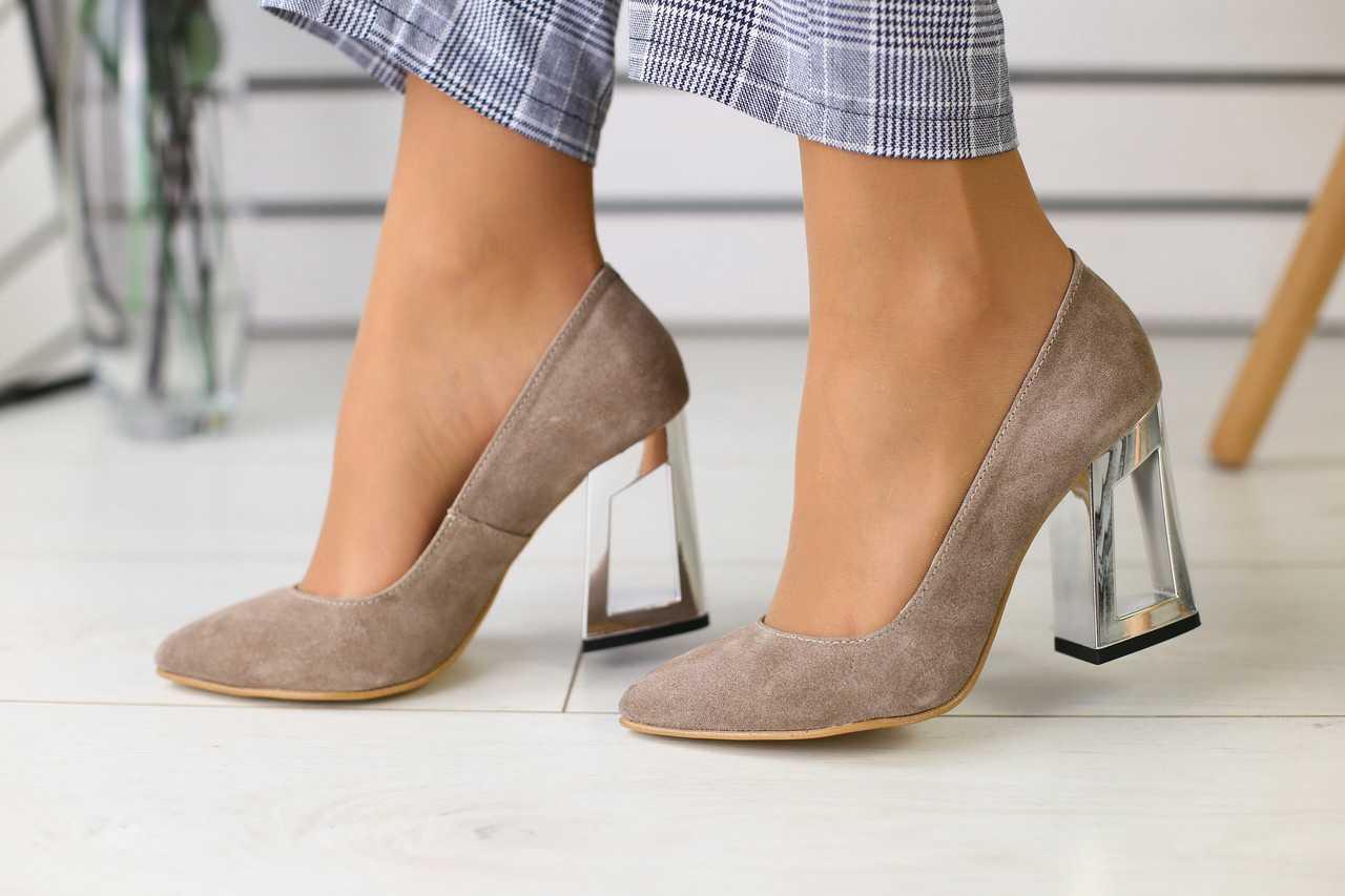 Женские замшевые туфли стильные модные с высоким оригинальным каблуком (бежевые)