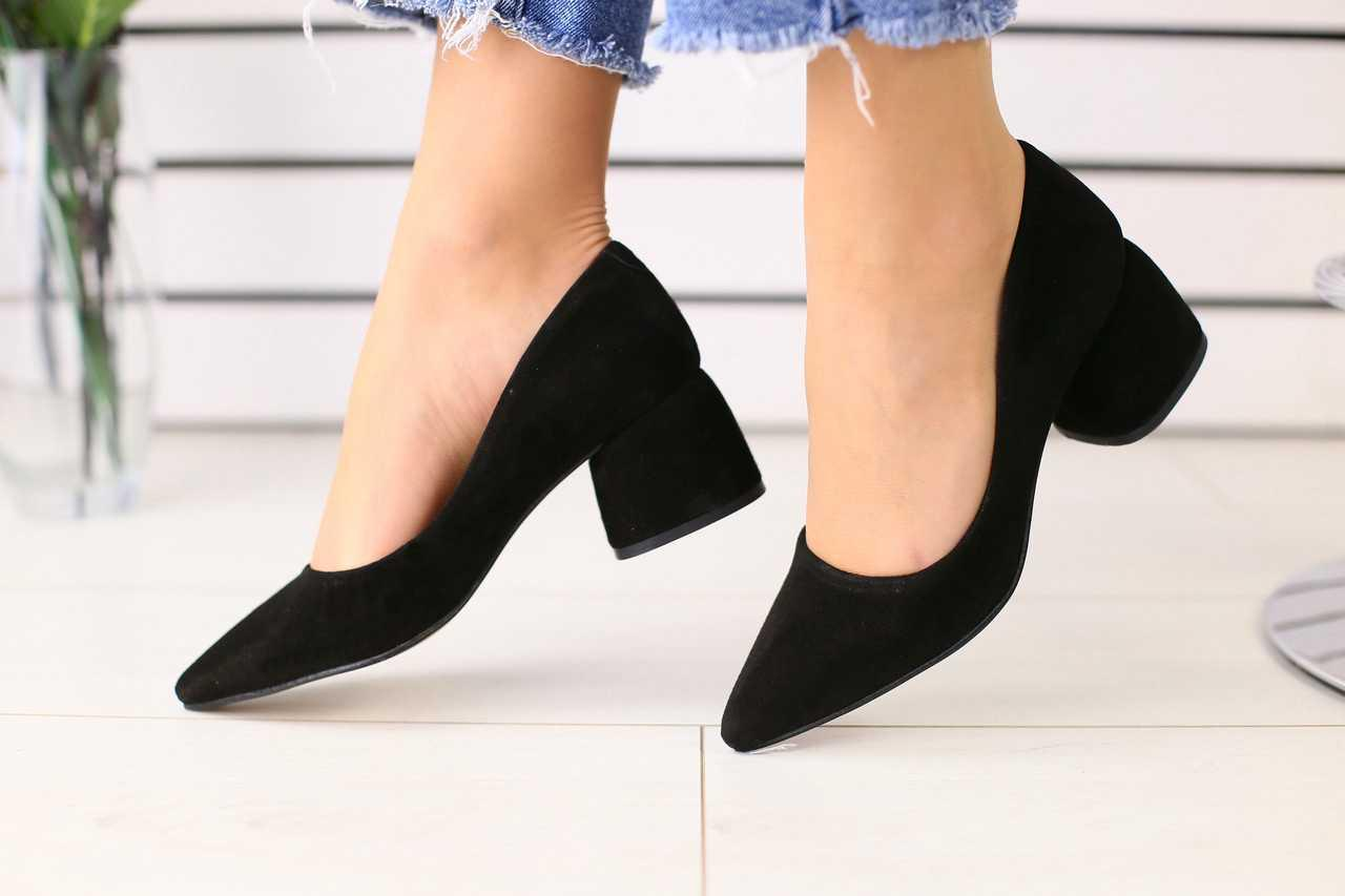 Замшевые женские туфли летние класика модные на толстом усточивом каблуке в черном цвете
