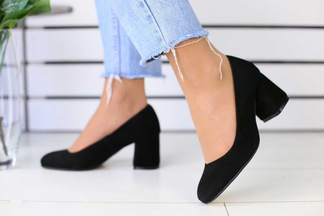 Женские замшевые туфли на лето на устойчивом каблуке в черном цвете