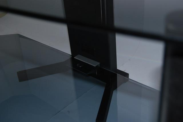 Лапи кабель-каналу надають конструкції додаткову стійкість, а розроблені нашими конструкторами кріплення міцно утримують скло