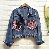 Женская короткая джинсовая куртка с розовыми карманами в пайетках, фото 1