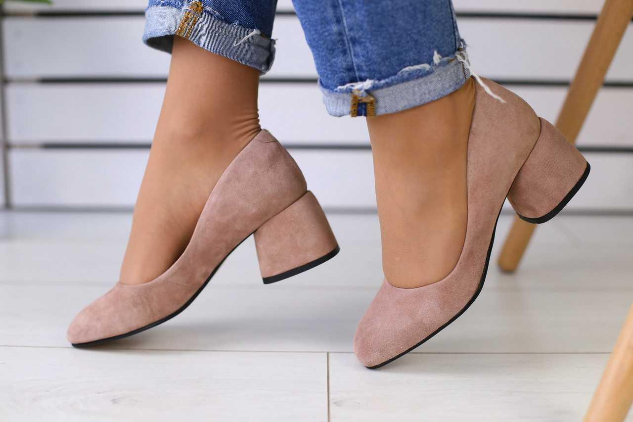 Замшевые стильные женские туфли на устойчивом каблуке в бежевом цвете