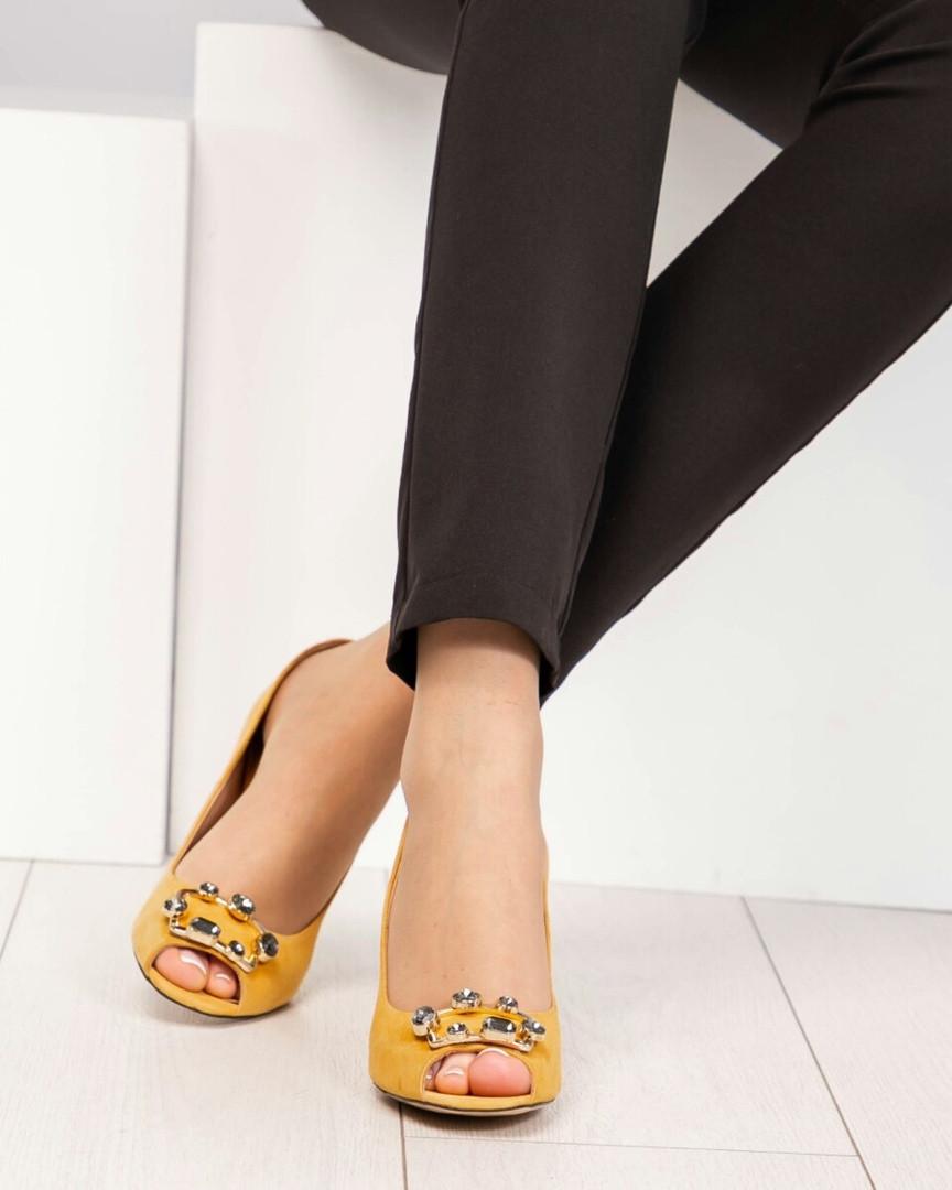 Туфли женские с пряжкой с камнями горчичные