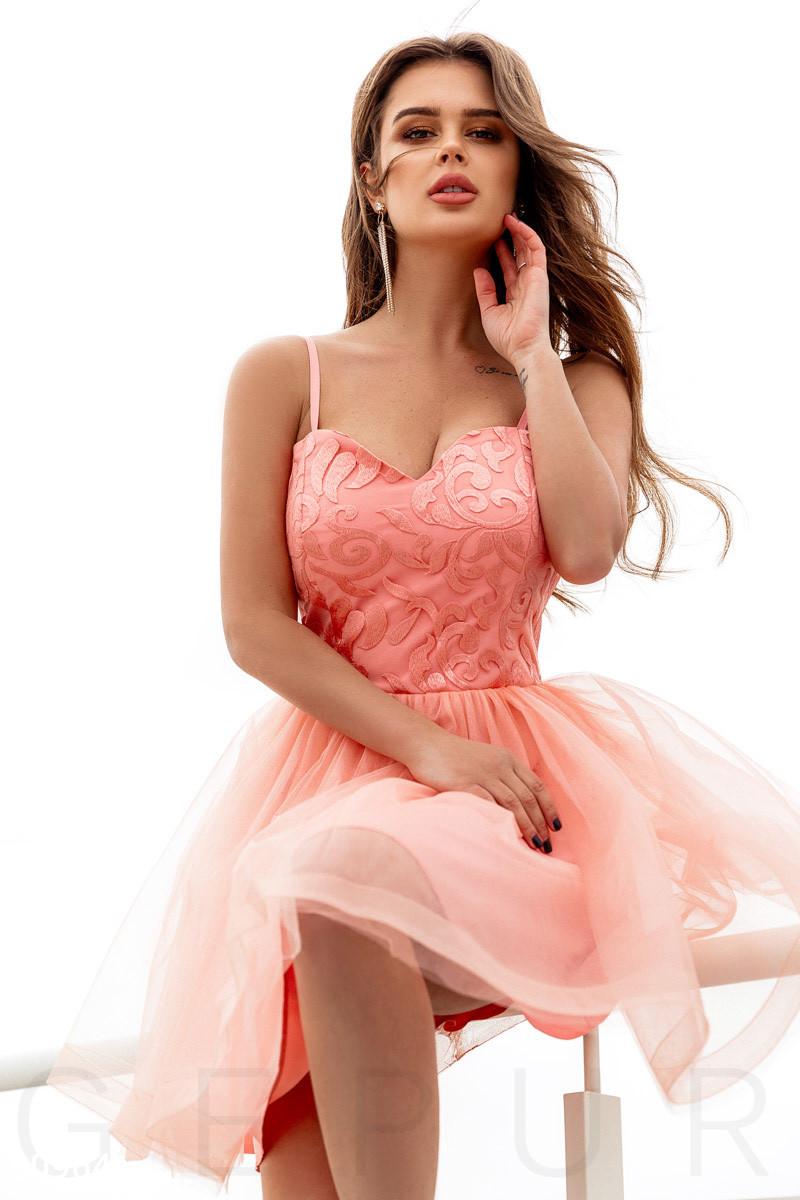 Короткое вечернее платье с пышной юбкой персикового цвета