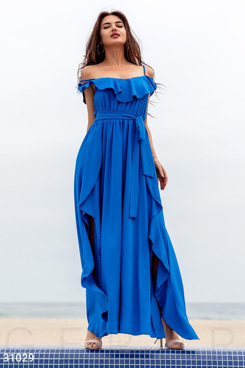 Летнее платье-макси с воланом синего цвета