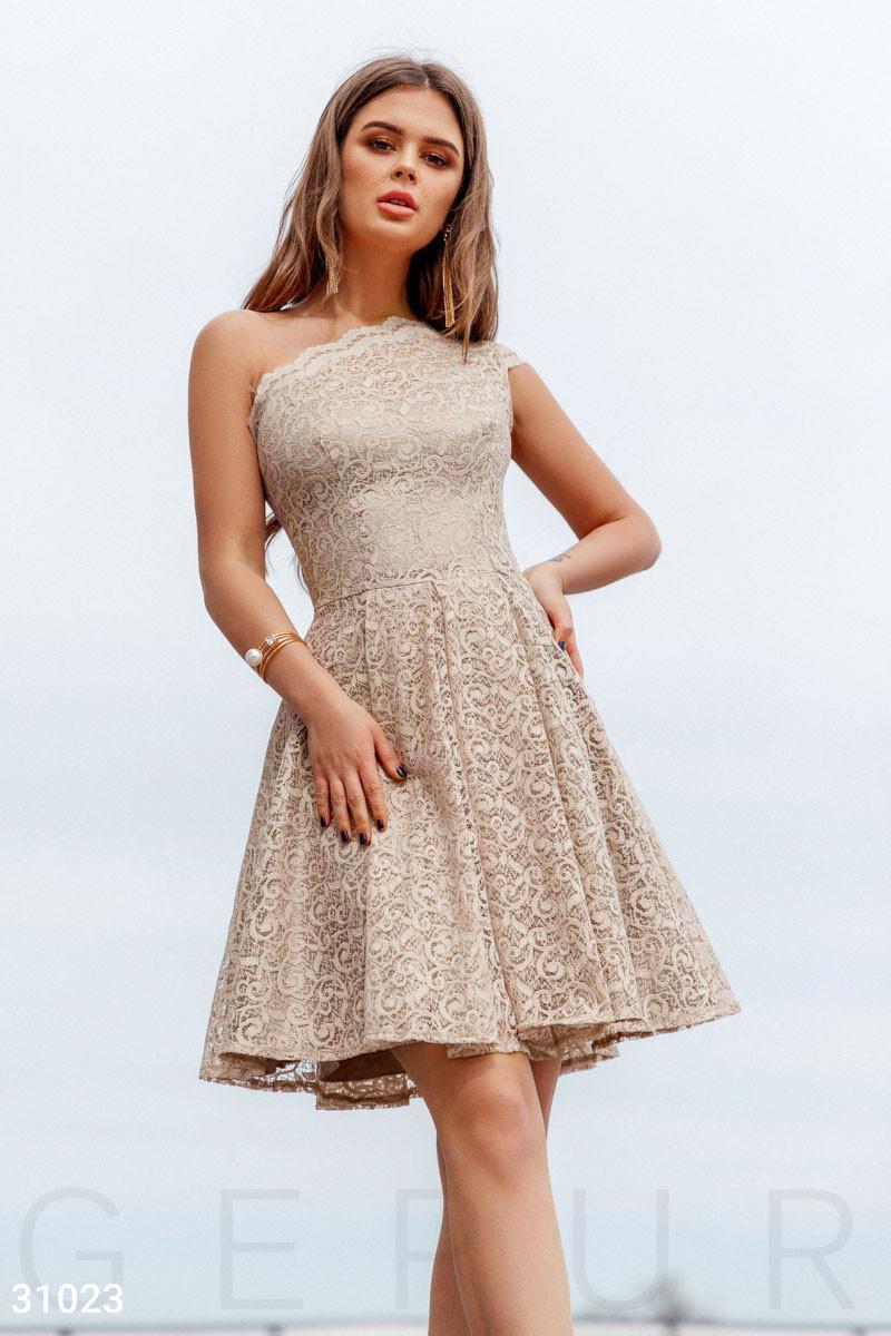 Короткое кружевное платье мини с открытым плечом бежевое